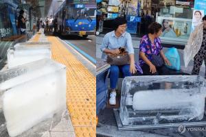 韓國政府出奇招對抗熱浪 巴士站出現巨型冰塊!