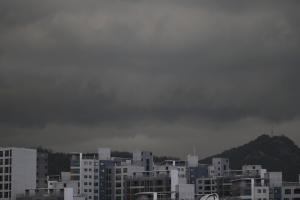 首爾受陰霾侵襲! 首爾懸浮粒子指數達嚴重水平