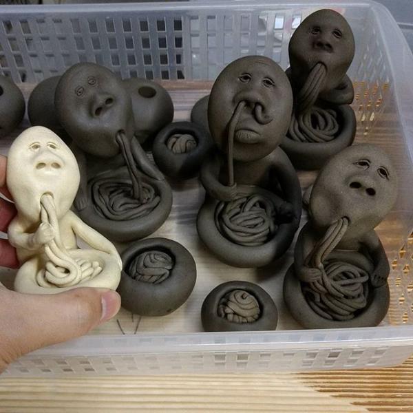 用鼻孔吸麵醜到爆! 日本古怪造型陶器公仔惹笑網民 2