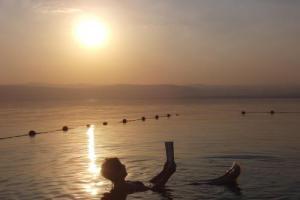 死海水面觀夕陽